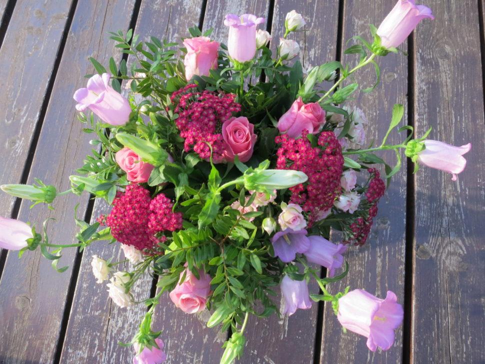 růžové květinové aranžmá