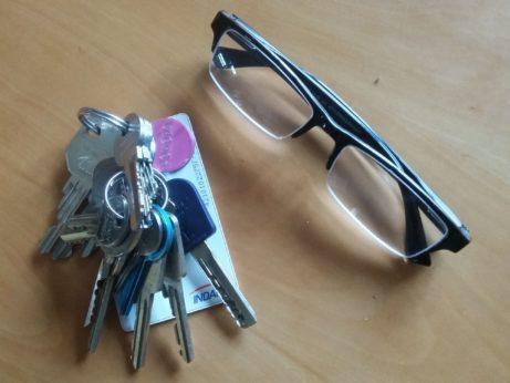 klíče a brýle